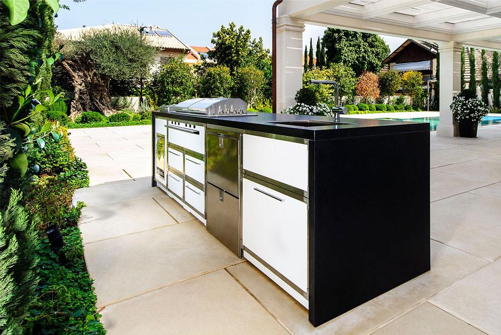 פרויקט של האדריכל עודד לביא, מטבח חיצוני הכולל בר ישיבה בהשראת מטבחי La Cornue הצרפתיים גריל גז בעיצוב אישי ללקוח, צילום מושי גיטליס