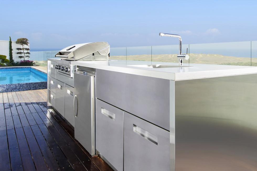 מטבח חיצוני מנירוסטה כולל בר ישיבה ומשטח עליון מבטון לבן מקרר דלת תוצרת איטליה וגריל גז, אדריכלות: לנצ'יאנו דיזיין, צילום: מושי גיטליס