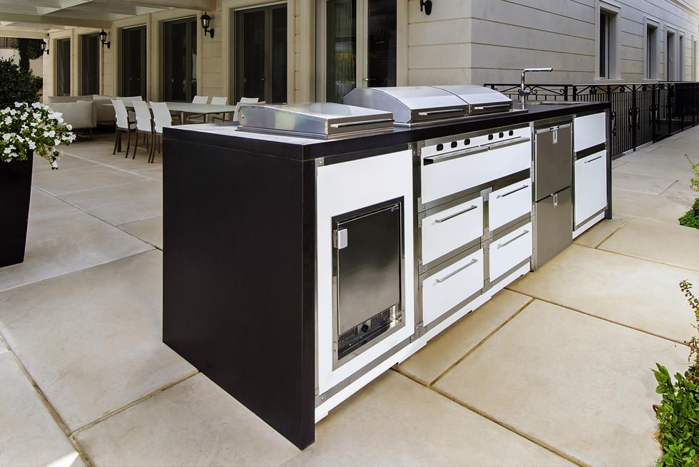 המטבח החיצוני כולל גם גריל גז בעיצוב אישי ללקוח, כירת צד, מקרר מגירות ויצרן קרח תוצרת איטליה צילום מושי גיטליס