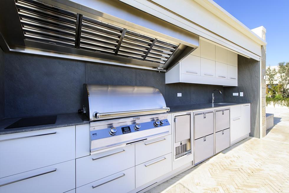 מבנה המטבח מנירוסטה 304 והחזיתות MEG לבן, המשטח העליון וחיפוי הקיר בזלתינה, צילום: מושי גיטליס