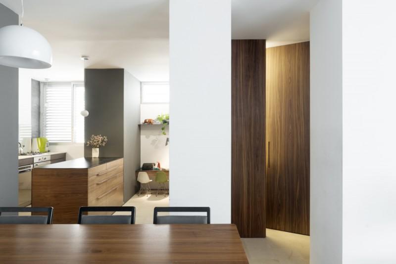 נגרות מעץ אגוז, בדלתות עד תקרה, אדריכל גל טבת, צילום: גדעון לוין