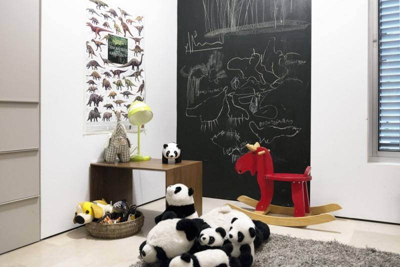 קיר בצבע לוח גיר בחדרי הילדים, אדריכל גל טבת, צילום: גדעון לוין